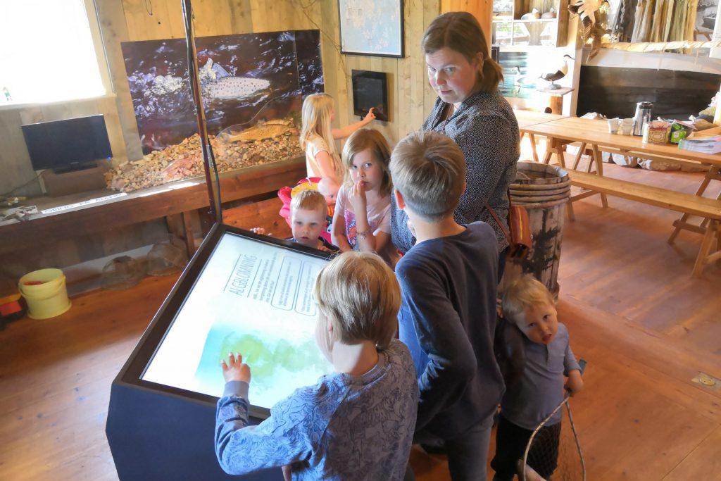 barn och kvinna på Ålands jakt och fiskemuseum vid ett spel