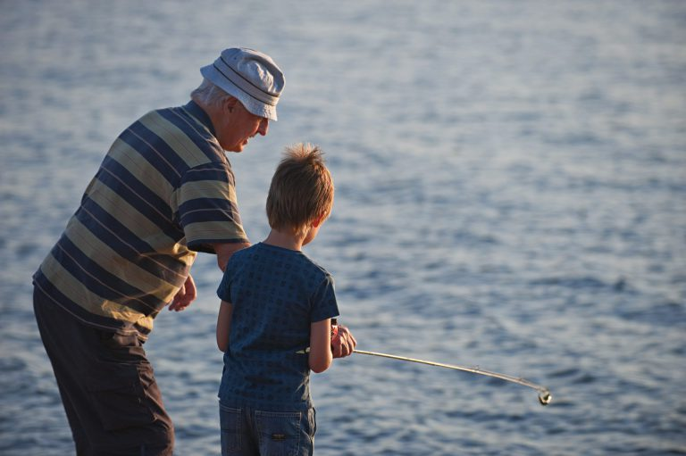 man och pojke fiskar